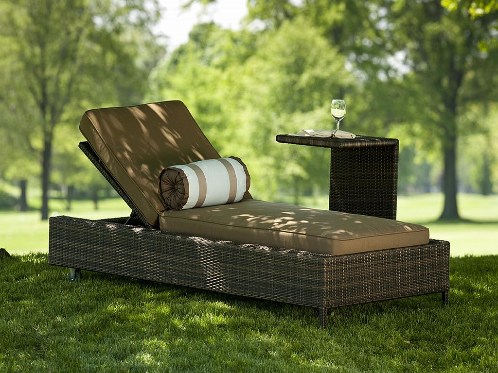 Outdoor lounges stylish backyard makeover in minutesinto for Jardin wicker